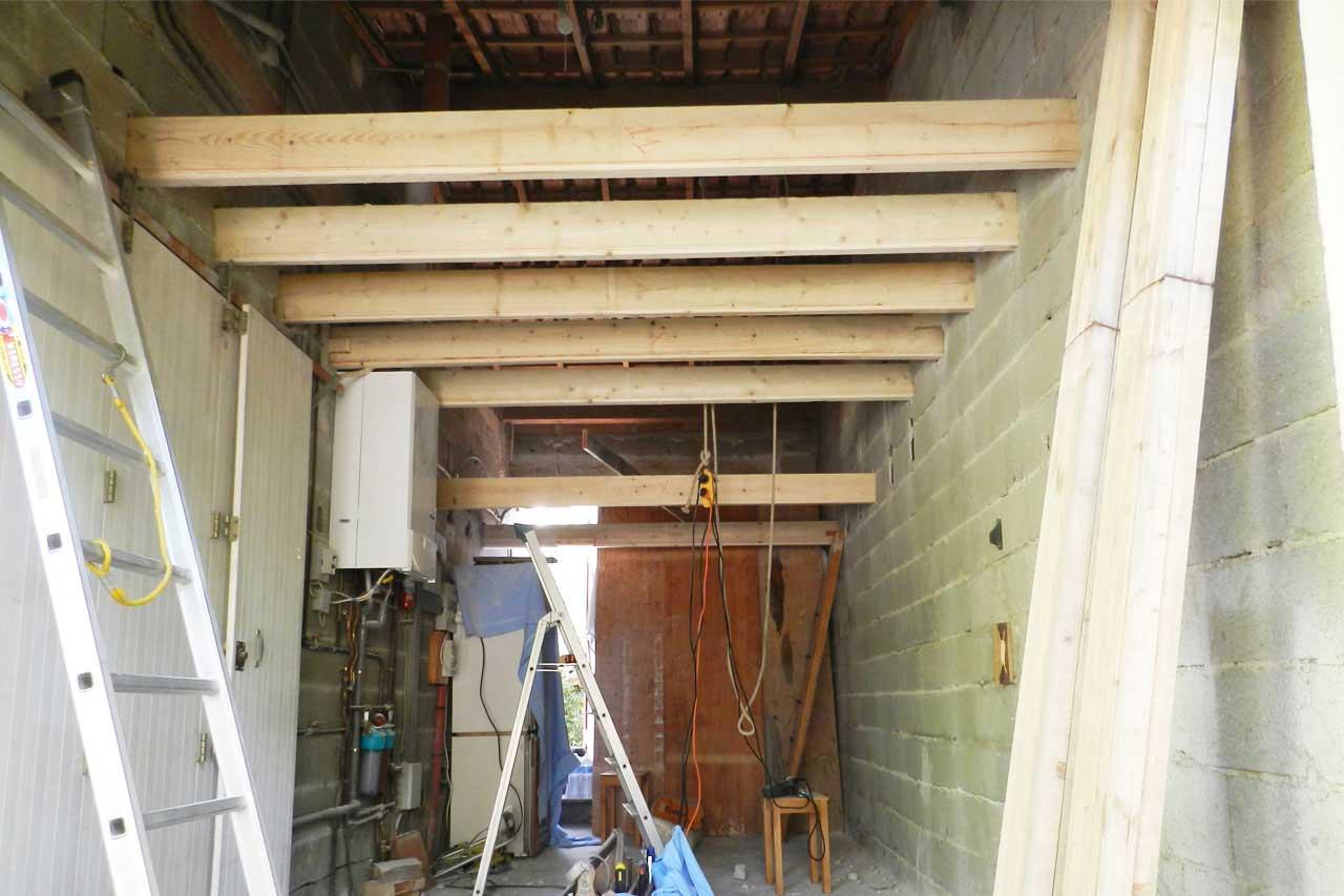 Amenagement combles pose de solives baty 39 r le bois dans for Amenagement comble dessus garage